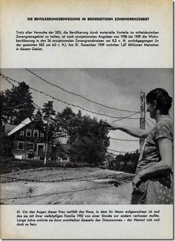Eine Frau schaut zum verfallenden Geburtshaus ihres Mannes