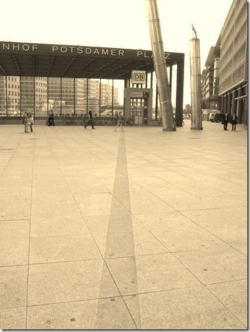 Vor dem Bahnhof Potsdamer Platz samt Mauerkennzeichnung
