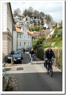 Fahrradfahrer strampeln sich die Steigung hoch