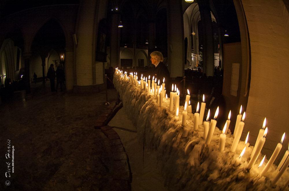 Kerzenlinie in der Hauptkirche St. Petri in Hamburg