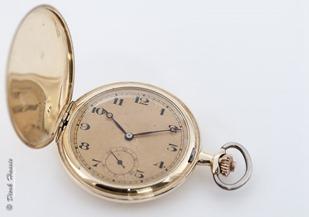 Zehn nach zehn auf einer goldenen Taschenuhr