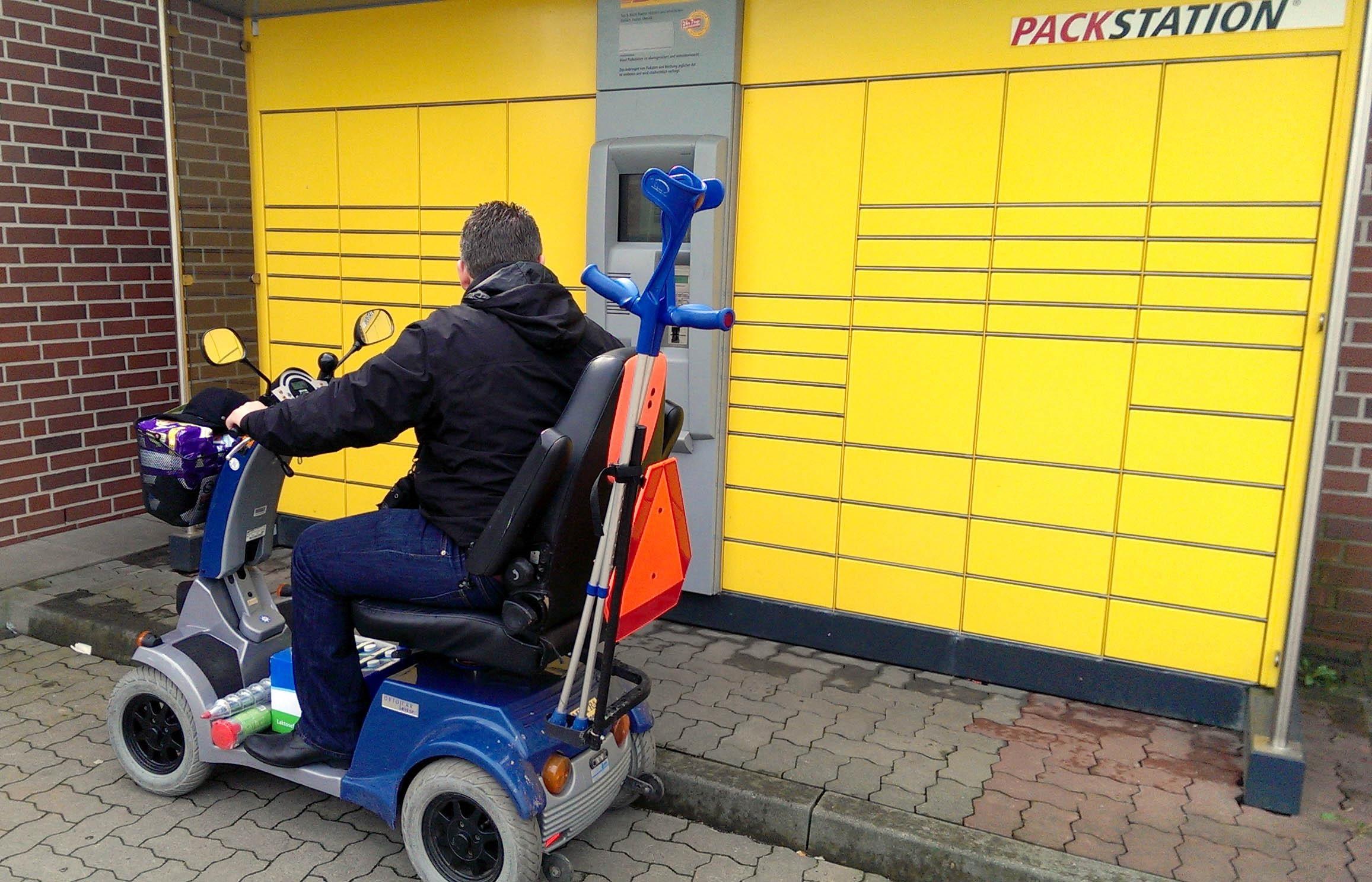 Packstation mit Stufe: Für Rohllstuhlfahrer und Gehbehinderte nicht einfach zu erreichen