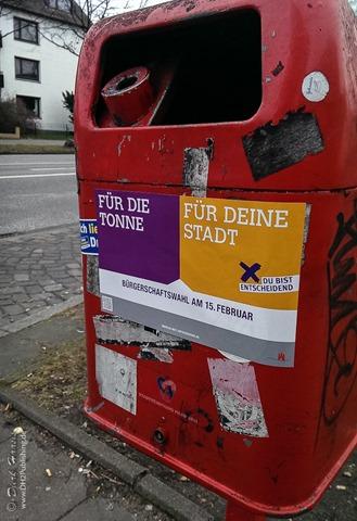 Mülleimer an der Bushaltestelle mit Werbung zur Wahl zu gehen: Für die Tonne - Für deine Stadt