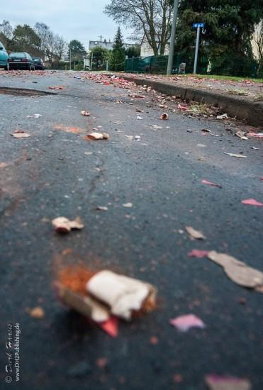 Böllerreste am Neuhjahrsmorgen auf der Strasse