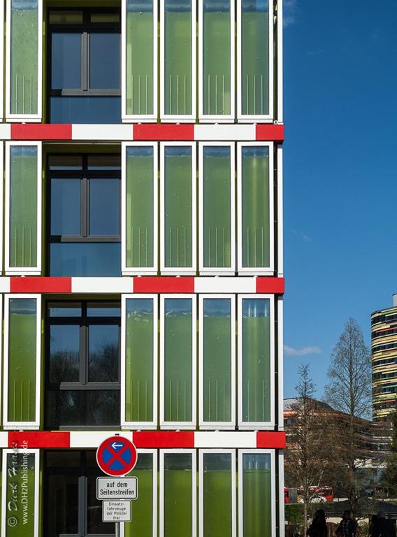 Hausfassade mit Algenelementen zur Photosynthese