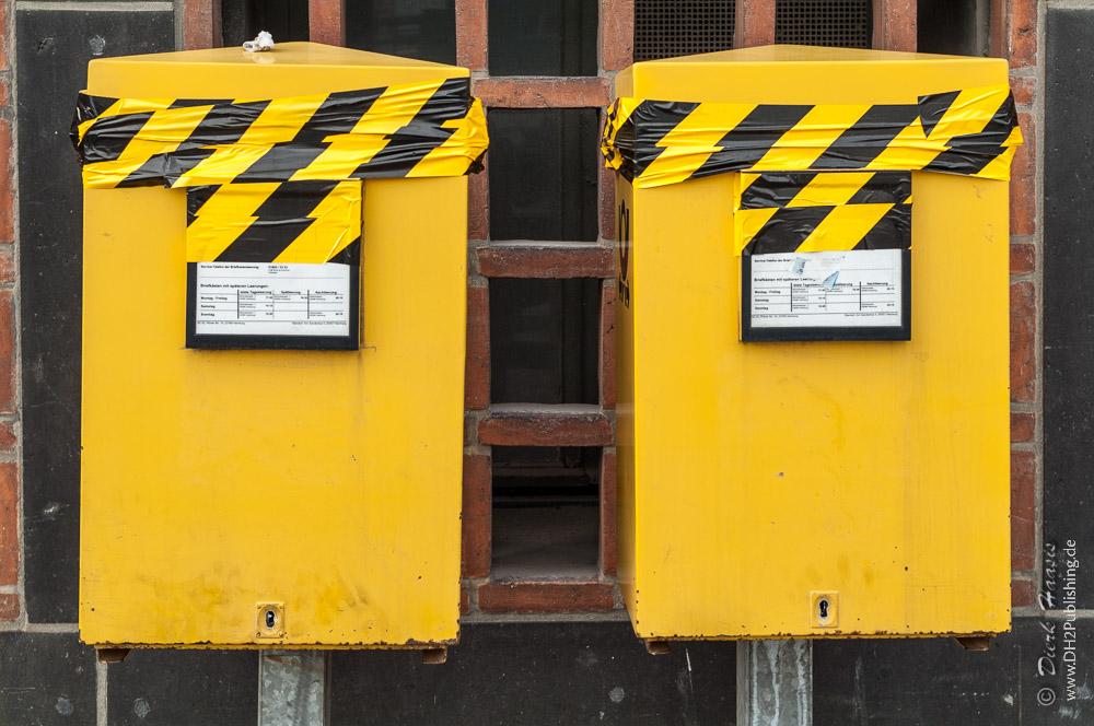 zugeklebte Briefkästen der Deutschen Post