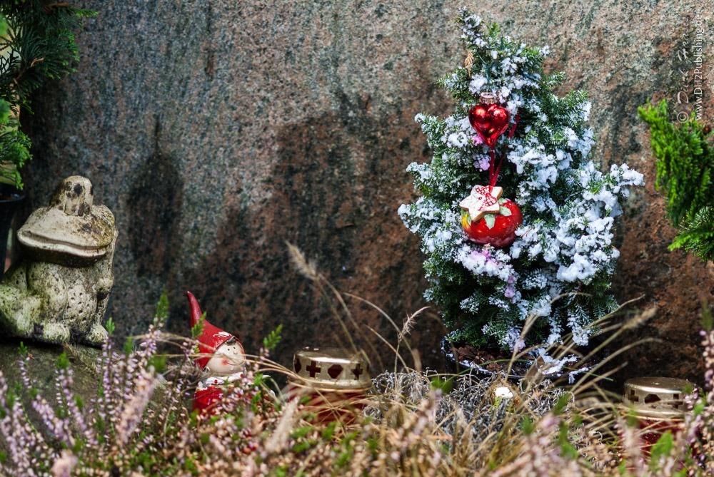 Weihnachtsdeko auf dem Friedhof