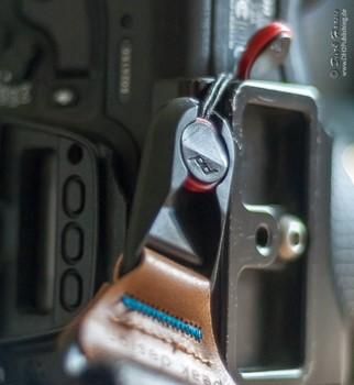 Mit Hilfe eines zweiten Peak Design Ankers kann ich den Gurt am Boden der Kamera befestigen.