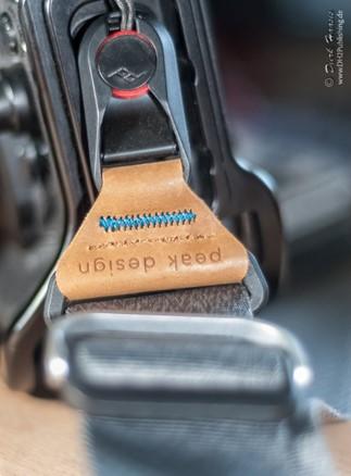 Ankerschnellverschluss und Lederapplikation des Peak Design Slide am Anker an der Kamera befestigt