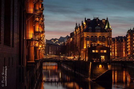 Das Wasserschlösschen, die Speicherstadt und die Elbphilharmonie bei Nacht