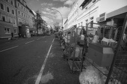 Müggenkampstrasse mit Müllrollwagen eines Drogeriemarktes
