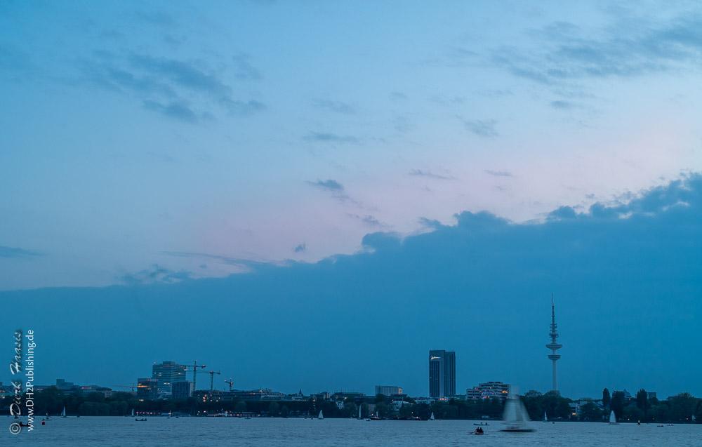 Hamburg über die Aussenalster bei Einbruch der NAcht